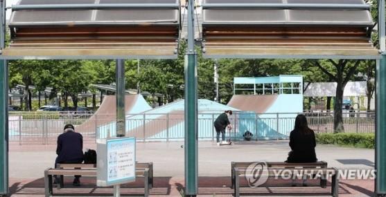 Người dân thực hiện giãn cách tại nơi công cộng ở TP Bucheon (Ảnh YONHAP)-