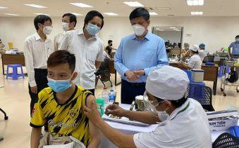 Bộ trưởng Y tế Nguyễn Thanh Long kiểm tra công tác tiêm chủng tại TP Hồ Chí Minh.