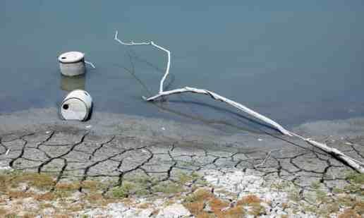Các thùng chứa nước lộ ra khi nước của hồ Sun Moon ở Nam Đầu, Đài Loan, Trung Quốc rút đi trong đợt hạn hán trên diện rộng.