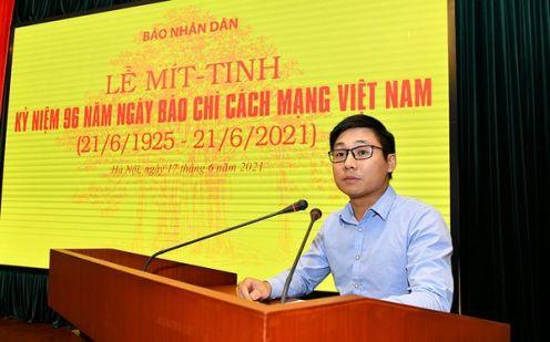 Phóng viên Lê Tú thay mặt thế hệ trẻ phát biểu.