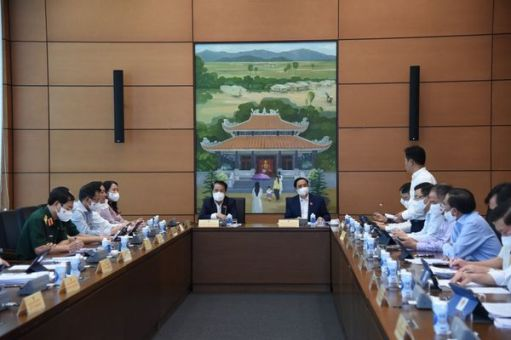 Các đại biểu Quốc hội thảo luận tại tổ về kết quả thực hiện kinh tế xã hội 6 tháng đầu năm và những giải pháp 6 tháng cuối năm.