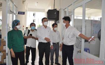 Chủ tịch UBND TP Đà Nẵng Lê Trung Chinh, Trưởng ban phòng chống dịch bệnh Covid-19 TP Đà Nẵng kiểm tra tiến độ lắp đặt trang thiết bị tại Bệnh viện dã chiến chiều 22-7