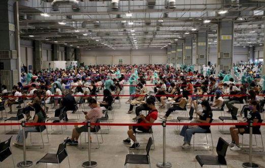 Вакцинация работников образовательного сектора в выставочном центре на Юаньшань 20 июля