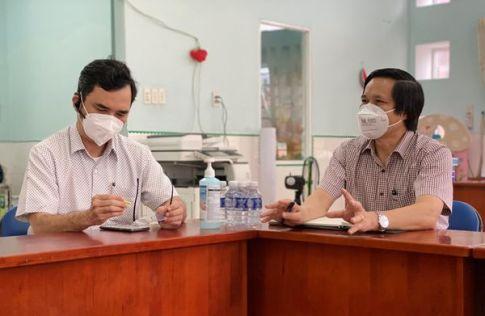 TS Cao Hưng Thái - Phó Cục trưởng Cục Quản lý Khám chữa bệnh Bộ Y tế (phải) chỉ ra những vấn đề còn tồn tại ở các bệnh viện dã chiến.