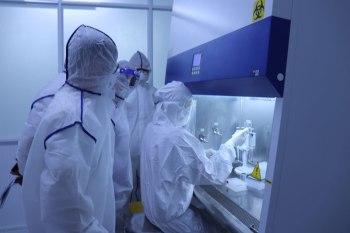 Các bác sĩ của Bệnh viện Quân y 120 đang thực hiện trên hệ thống máy xét nghiệm PCR tự động, hiện đại.