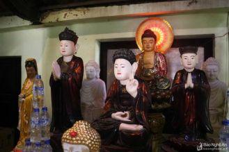 Đặc biệt, tại di tích còn lưu giữ được hơn 30 cổ vật có giá trị, như tượng Phật, thánh, thần hộ pháp, hương án, đại tự, câu đối, biển gỗ, chuông đồng... trong đó đặc sắc nhất là hệ thống tượng cổ._1292021