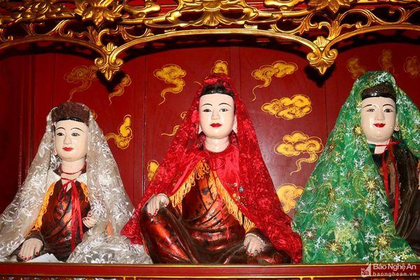 Tượng Tam tòa Thánh Mẫu (mẫu Liễu Hạnh, mẫu Thượng Ngàn và mẫu Thoải) đặc trưng với kiểu đầu tóc búi, khuôn mặt thánh thiện, kiểu áo giao lĩnh để lộ yếm, hai chân ngồi xếp bằng, hai tay để trên đầu gối. _1292021